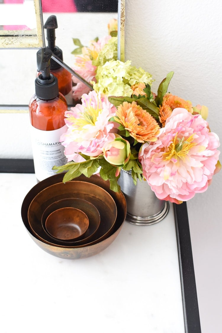 Desk decor ideas for a guest room home office